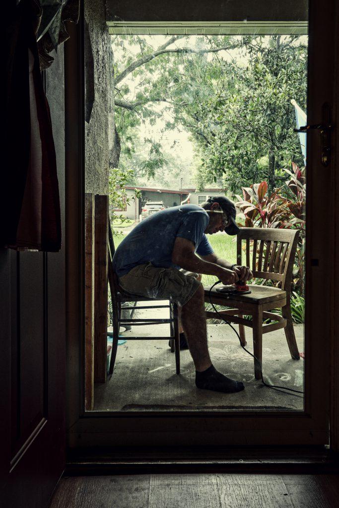 odnawianie mebli - szlifowanie krzesła