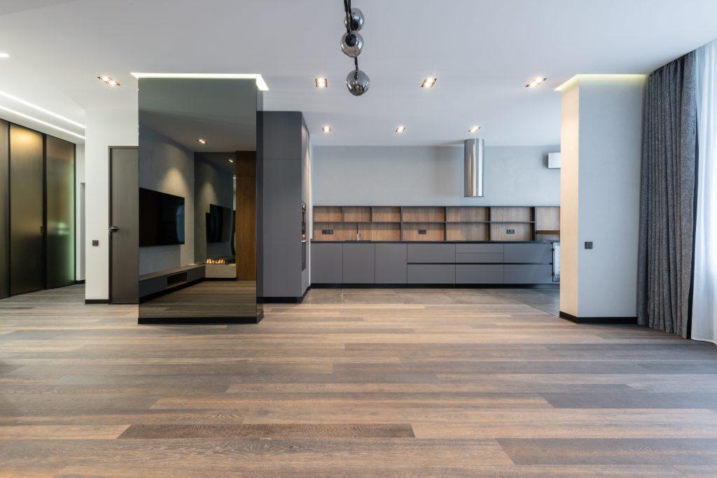 Współczesny futuryzm we wnętrzu - salon z otwartą kuchnią