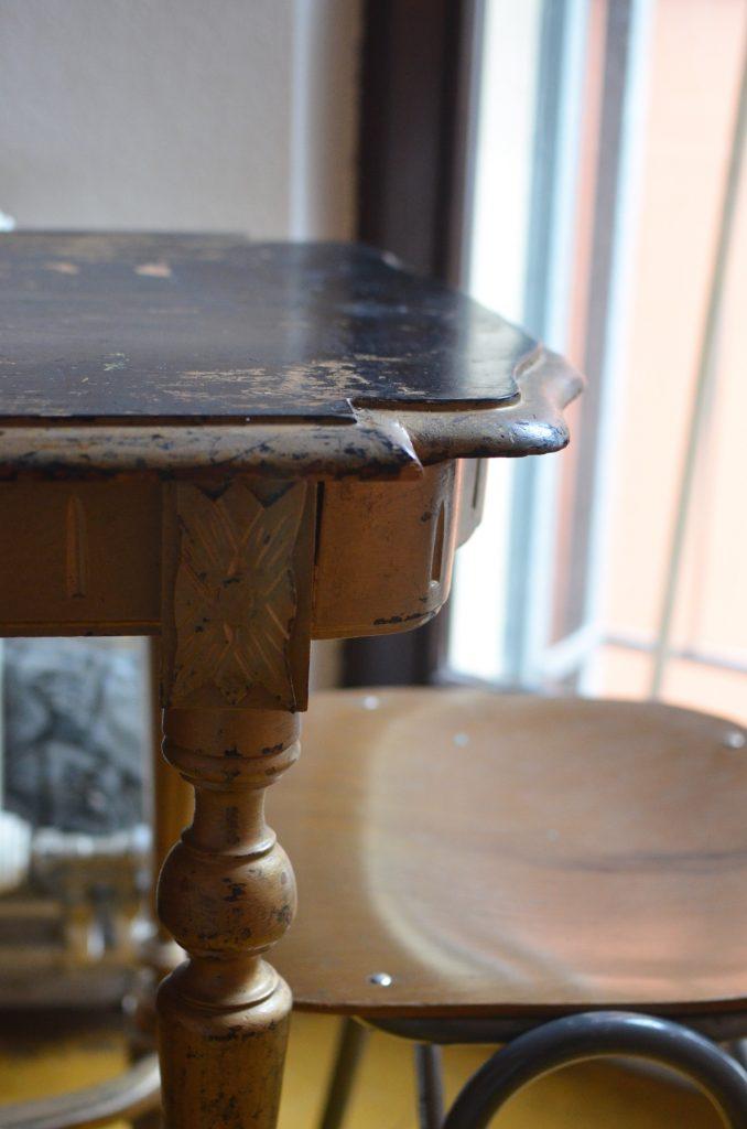 Uszkodzony, podrapany stół fornirowany