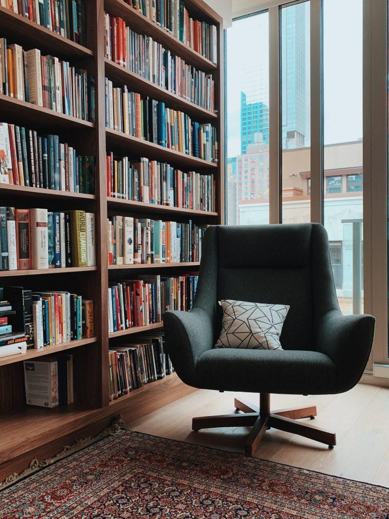 Kącik czytelniczy - domowa biblioteczka i wygodny fotel