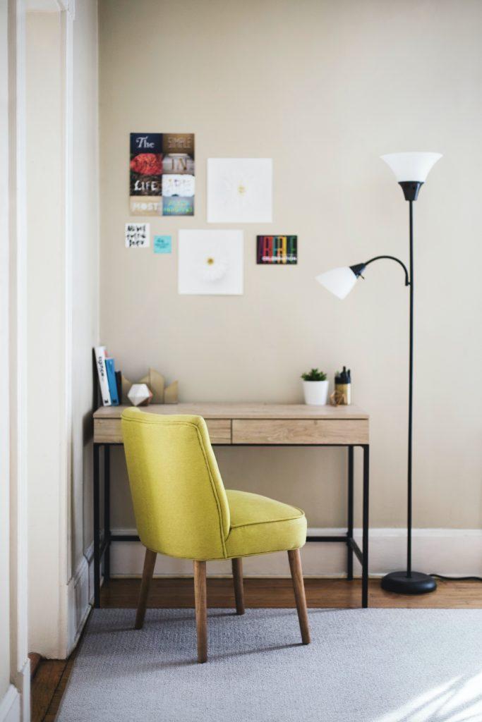 Małe biurko i wygodne krzesło tapicerowane