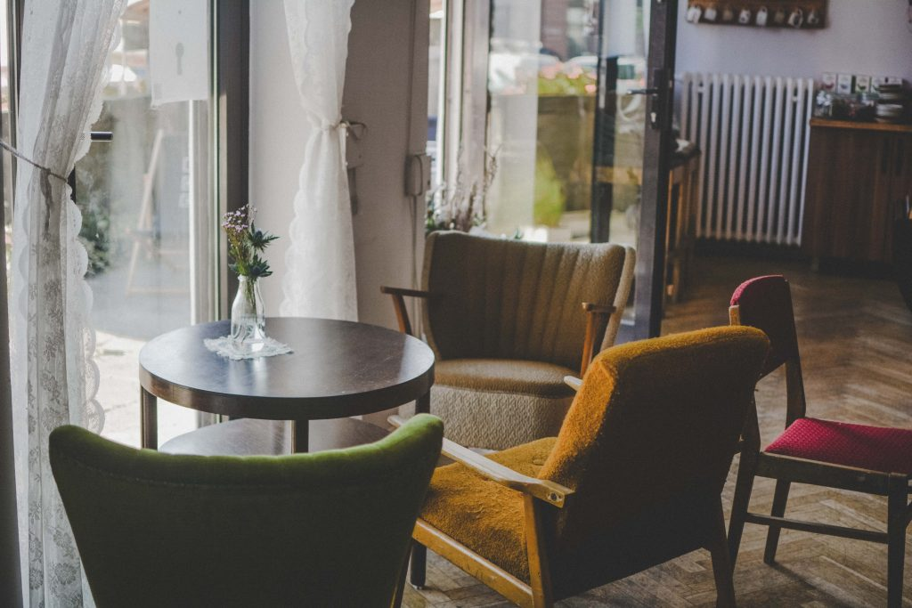 Meble w stylu vintage - stolik i fotele