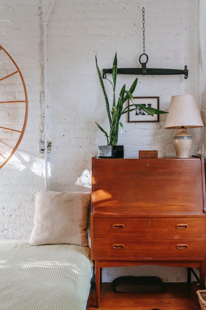 Komoda vintage na tle ceglanej ściany