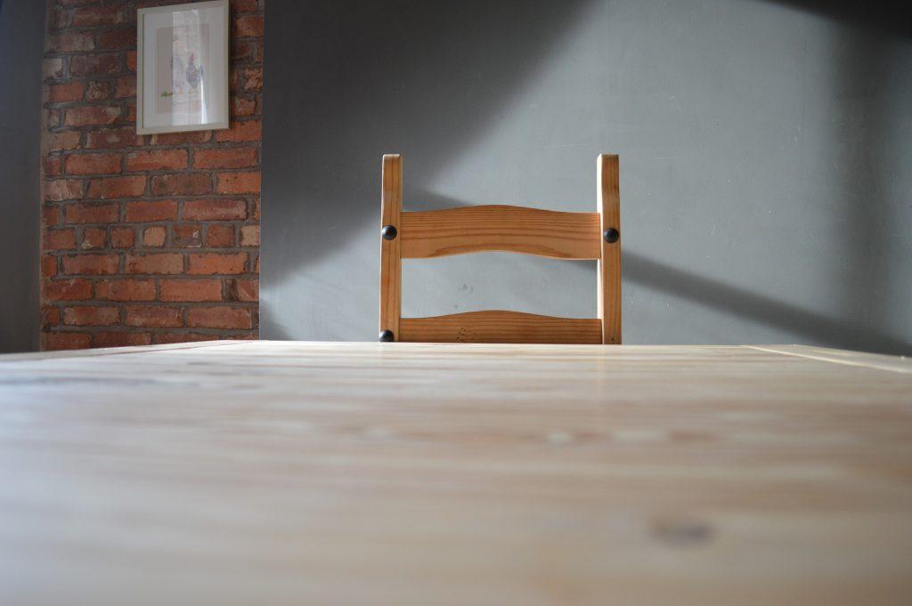 Krzesła i stoły drewniane