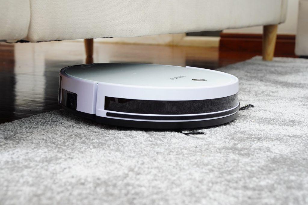 Odkurzacz automatyczny / robot sprzątający pod sofą
