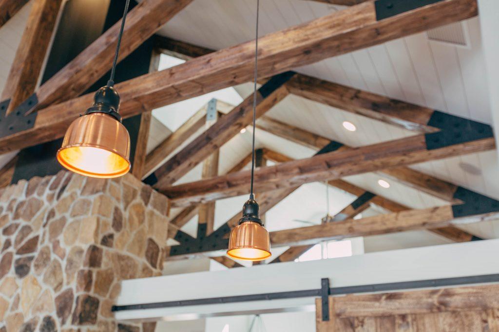 Wyeksponowana więźba dachowa na poddaszu