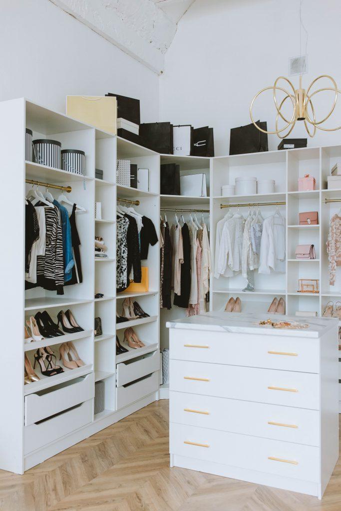 Ustawienie komody w garderobie