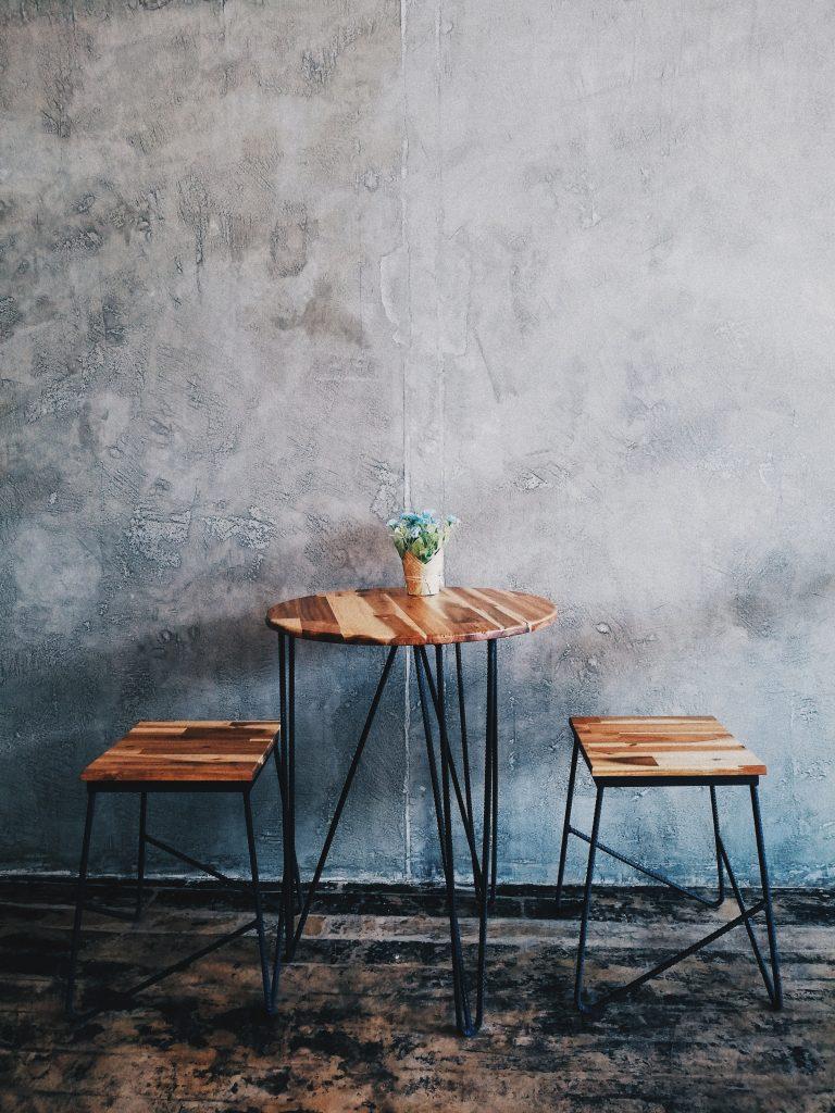 Strukturalne tynki - tło dla stolika kawowego i dwóch stołków