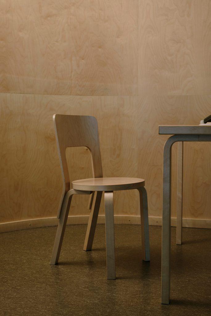 Krzesło i stół na metalowych nogach, w stylu loftowym