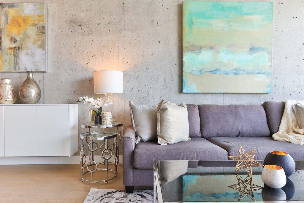 Aranżacja salonu - struktura na ścianie i nowoczesne meble