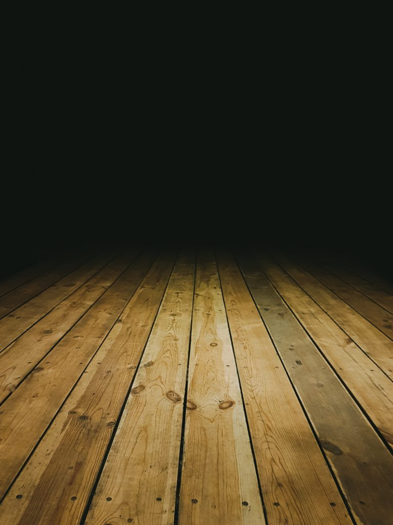 Деревянный пол - длинные доски с четким рисунком текстуры