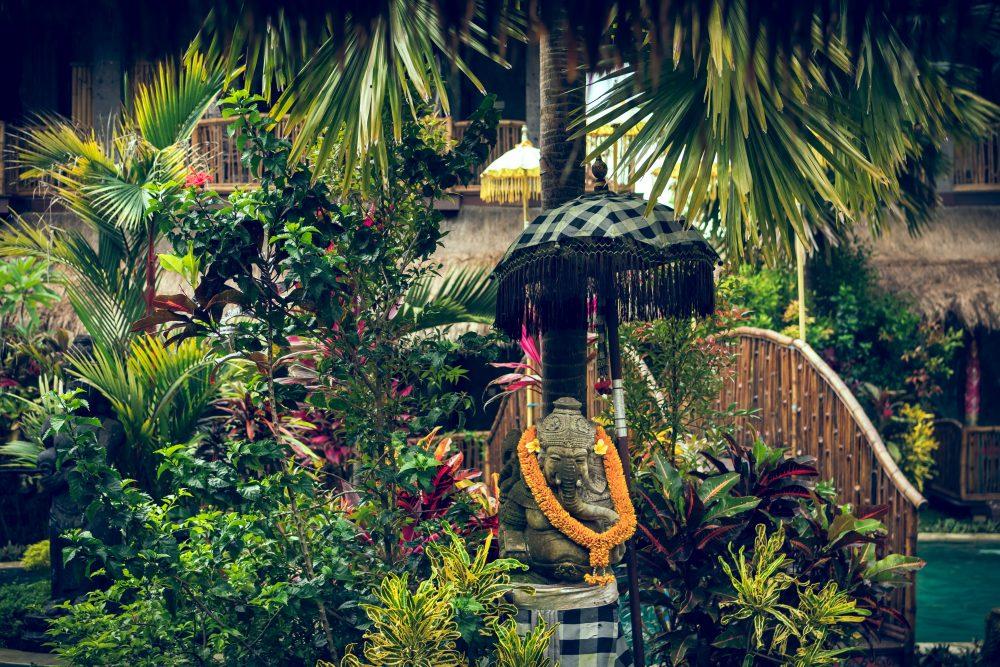 Styl balijski – jak wpleść egzotykę do ogrodu i przestrzeni tarasowej