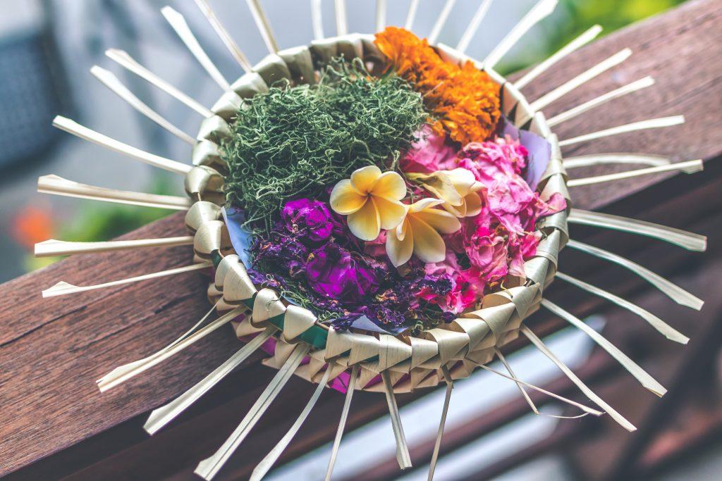 Egzotyczne kwiaty w stylu balijskim