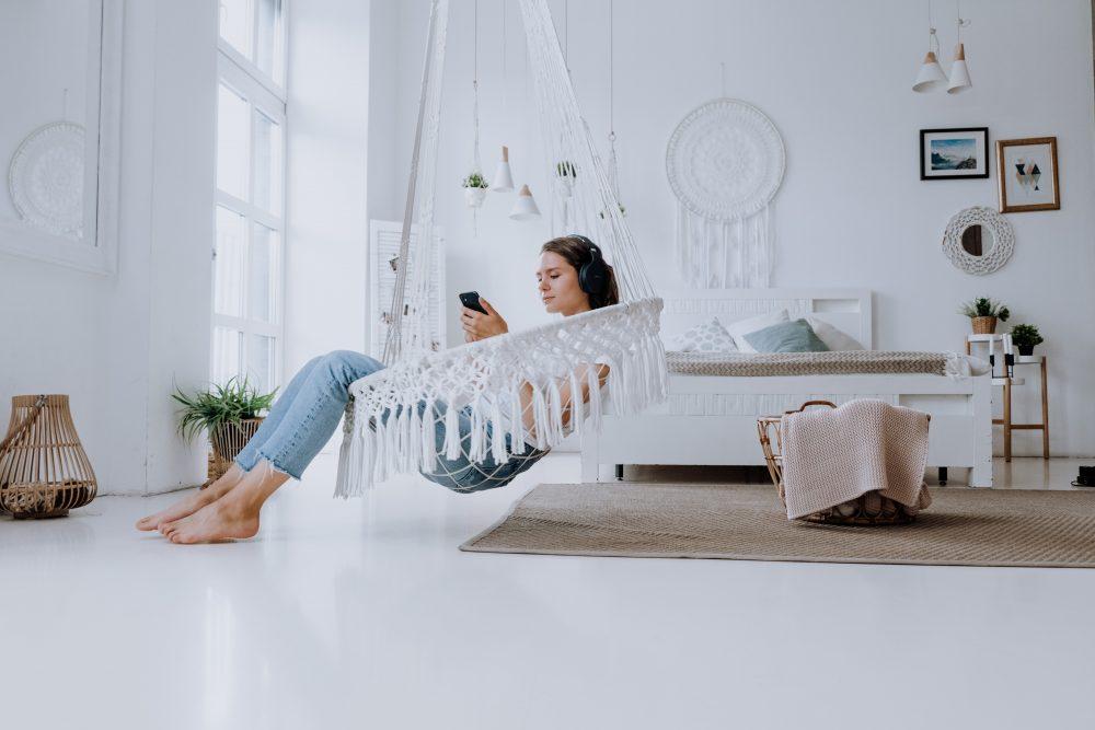 Huśtawka do pokoju – modny trend, który warto wprowadzić do swojego salonu