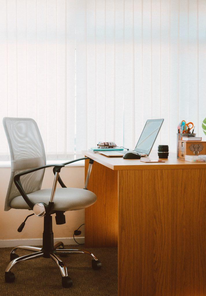Krzesło biurowe i biurko
