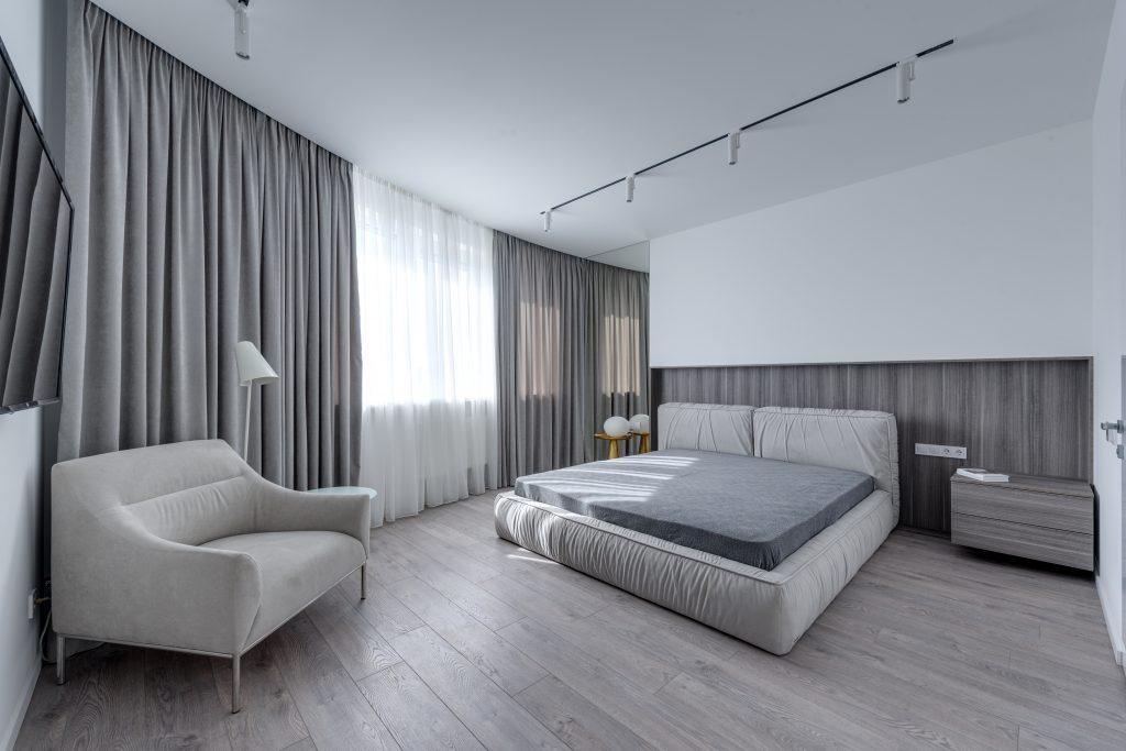 Szara aranżacja sypialni - niemodne trendy wnętrzarskie