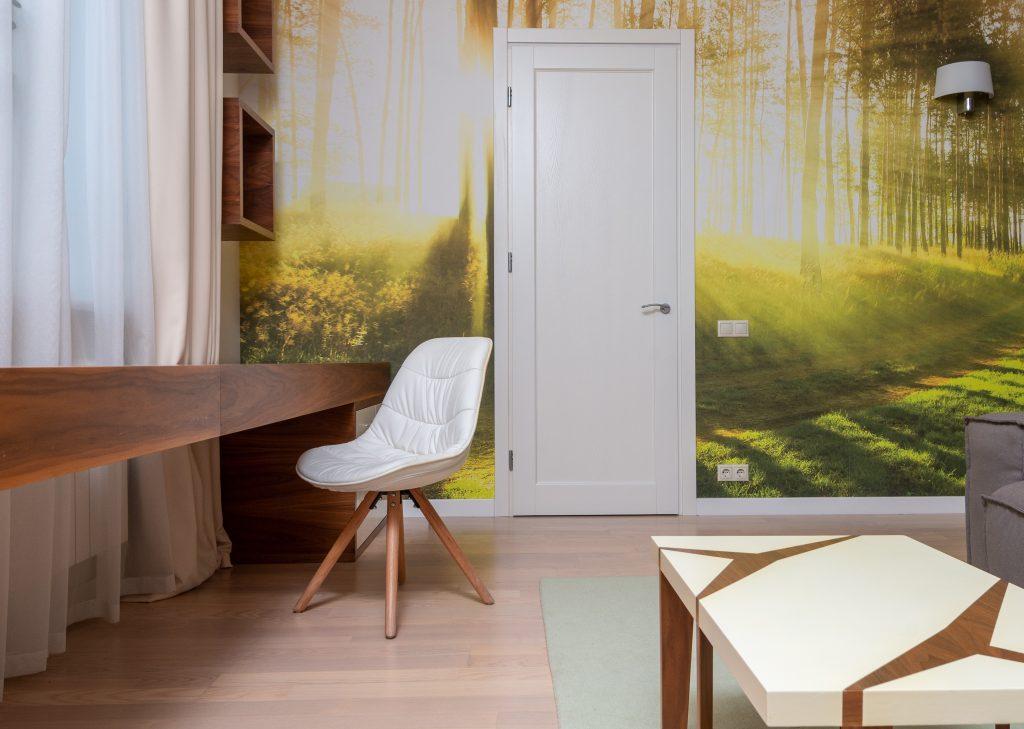 Jaskrawa fototapeta w salonie - trend wnętrzarski, który wyszedł z mody