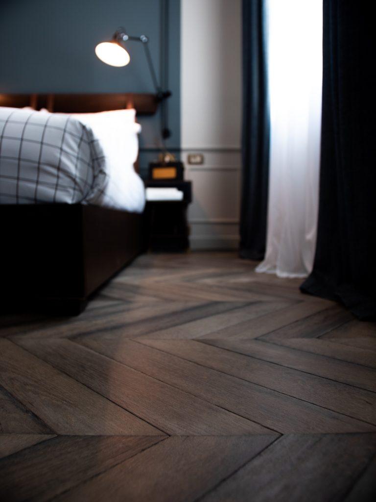 Промасленный деревянный пол в спальне