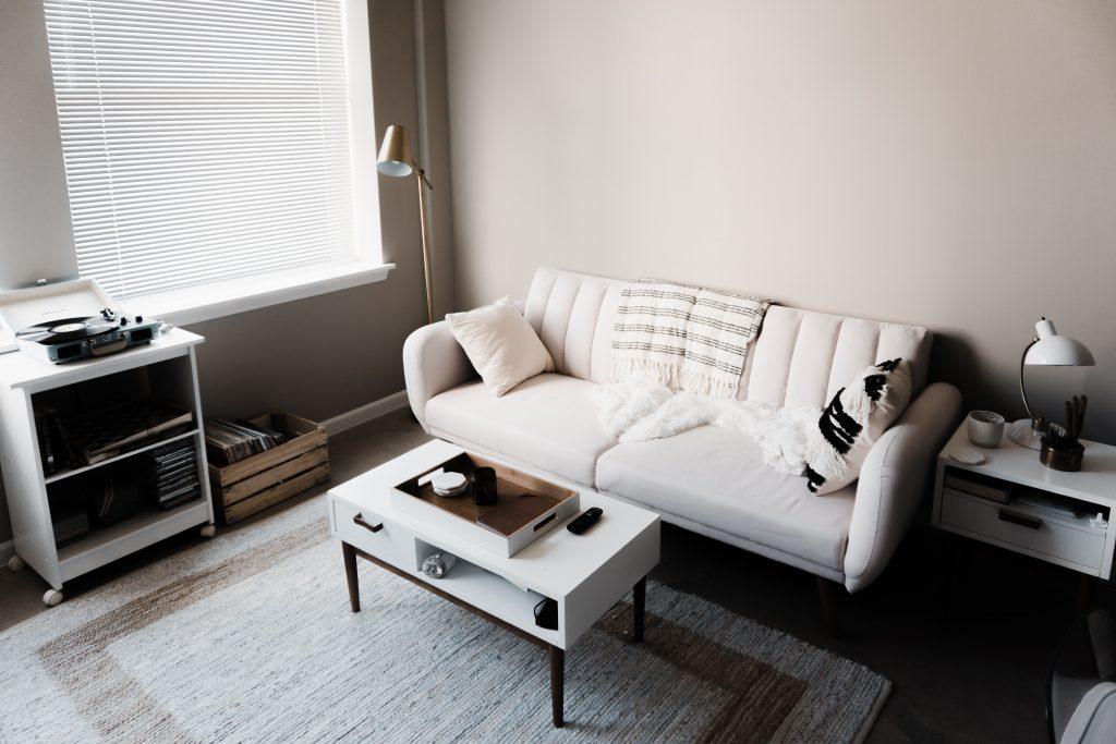 Minimalistyczny salon w bieli, czerni i beżu
