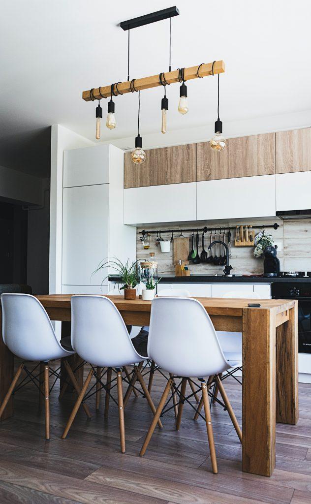 Kuchnia w stylu eko - aranżacja w bieli i barwie drewna