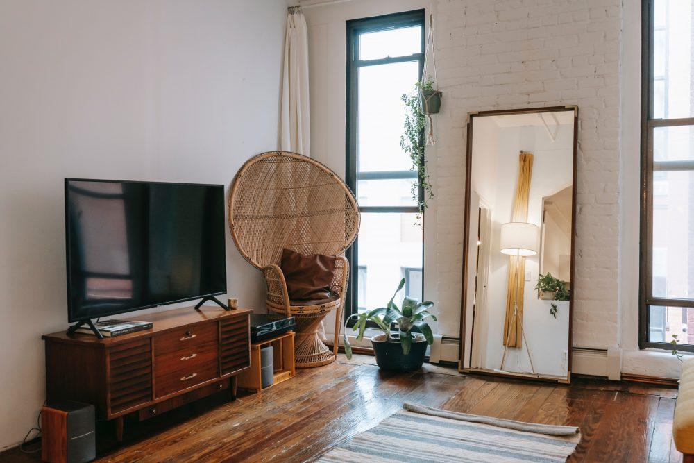 Lustra loftowe – jak klimatycznie je postarzyć?