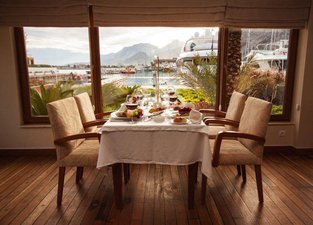 Aranżacja jadalni -- stół i tapicerowane krzesła z podłokietnikami