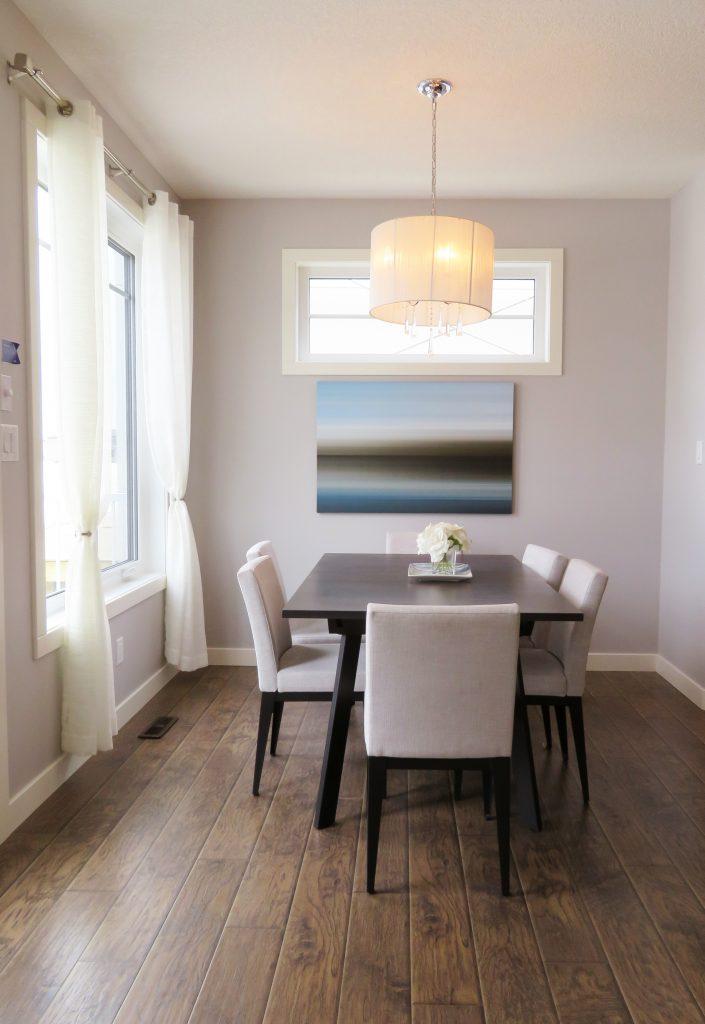 Aranżacja jadalni - stół, krzesła i oświetlenie