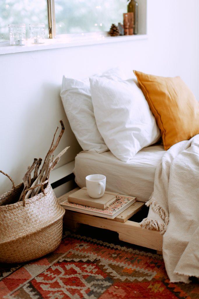 Łóżko z półką