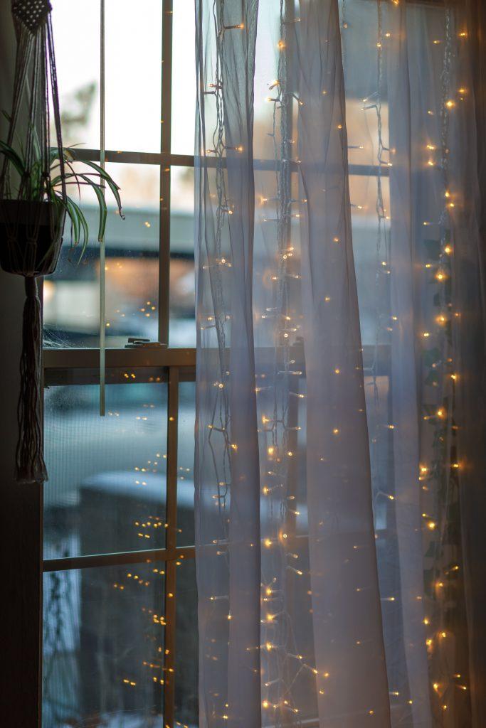 Fairy lights i meble drewniane