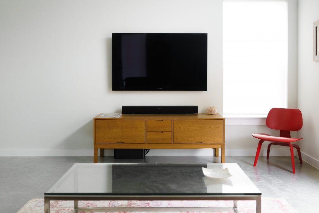 Stolik kawowy i szafka RTV - kącik wypoczynkowy w salonie