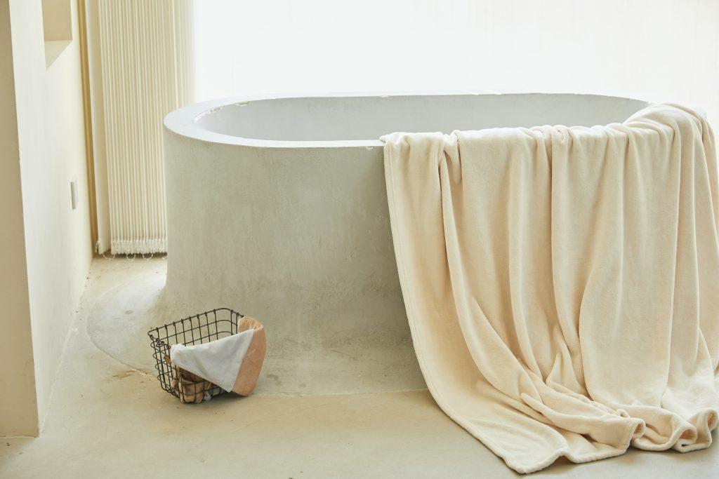 Brutalizm - betonowa łazienka