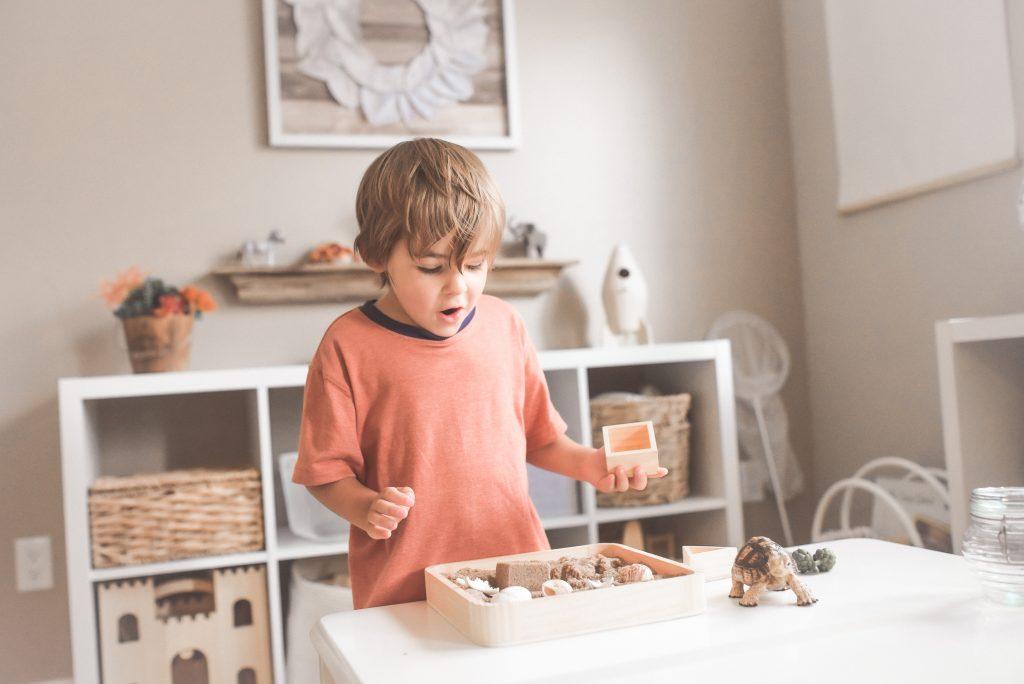 kącik zabaw dla dzieci - bawiący się chłopiec